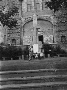 La creu davant l'ésglésia