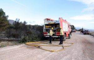 Bombers treballant en l'extinció de l'incendi
