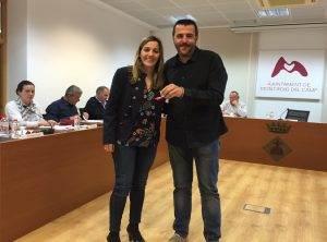L'alcalde lliura l'escut de Mont-roig a la nova regidora