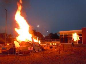 La foguera prenent alçada