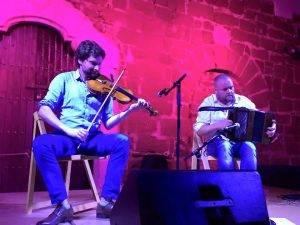 Els musics irlandesos Danny Diamond (violí) i David Munelly (diatònic), durant el concert