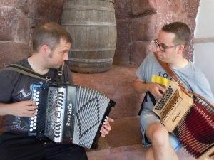 Els acordionistes Xavi Aburruzaga i Guillem Anguera tocant al concert-vermut