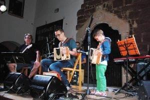 El més jove dels acordionistes, l'Eudald, tocant amb el seu pare, el Guillem Anguera