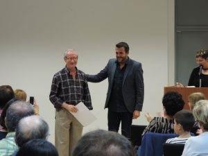 Un dels guanyadors rebent el premi de mans de l'alcalde