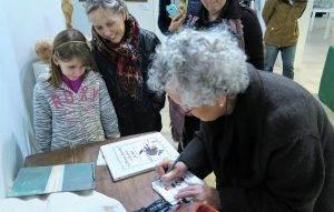 L'escriptora signant un llibre