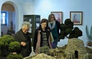 L'escriptora Roser Capdevila admirant el pessebre del Centre Miró
