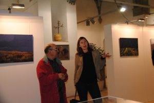 L'artista, Ingrid Rosewald i el Miquel Anguera inaugurant l'exposició